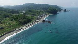 ファイル:Goishi Beach and Neya Fishing Port, Murakami, Niigata, Japan - Aerial Video.webm