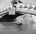 Gondelier onder de Rialtobrug in Venetië, Bestanddeelnr 254-2045.jpg