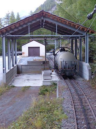Findelbach railway station - Image: Gornergratbahn Station Findelbach Ladegleis mit Kesselwagen