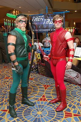 2 mannen verkleed als respectievelijk Green Arrow en Red Arrow