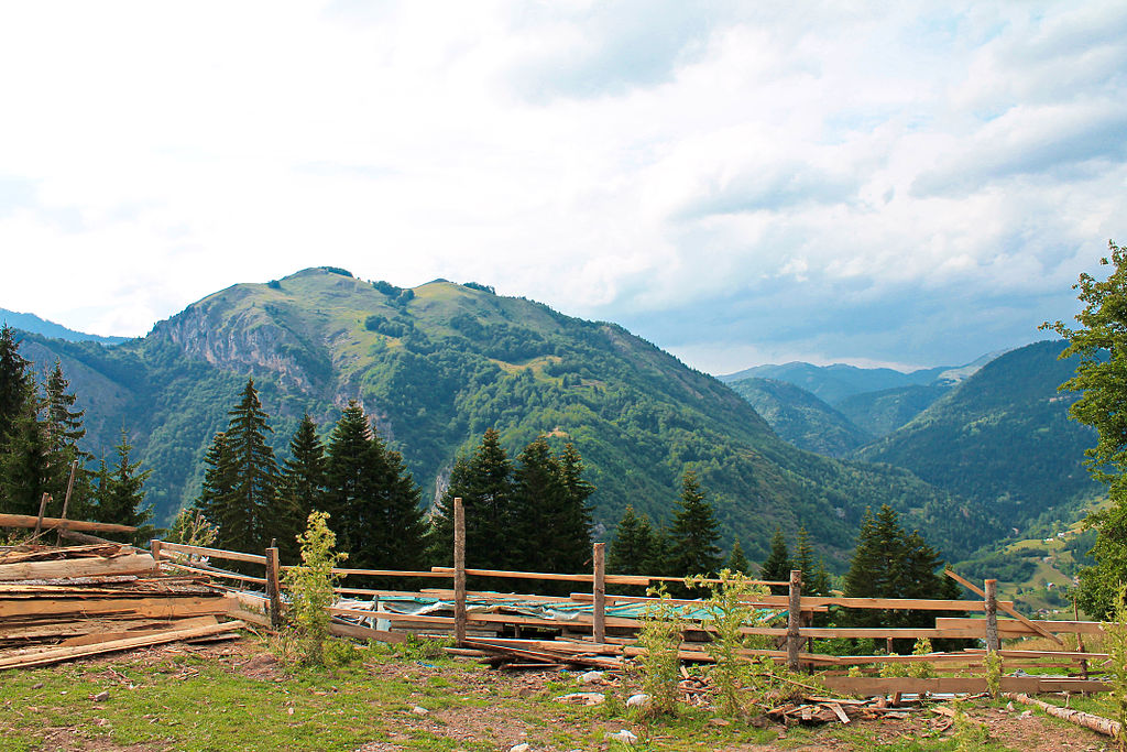 1024px Gryka Rugov%C3%ABs   Pej%C3%AB %282%29 ✧ Peja (Pec) im Kosovo - Kur-und Kulturstadt von Kosovo ✧ Local City Guide