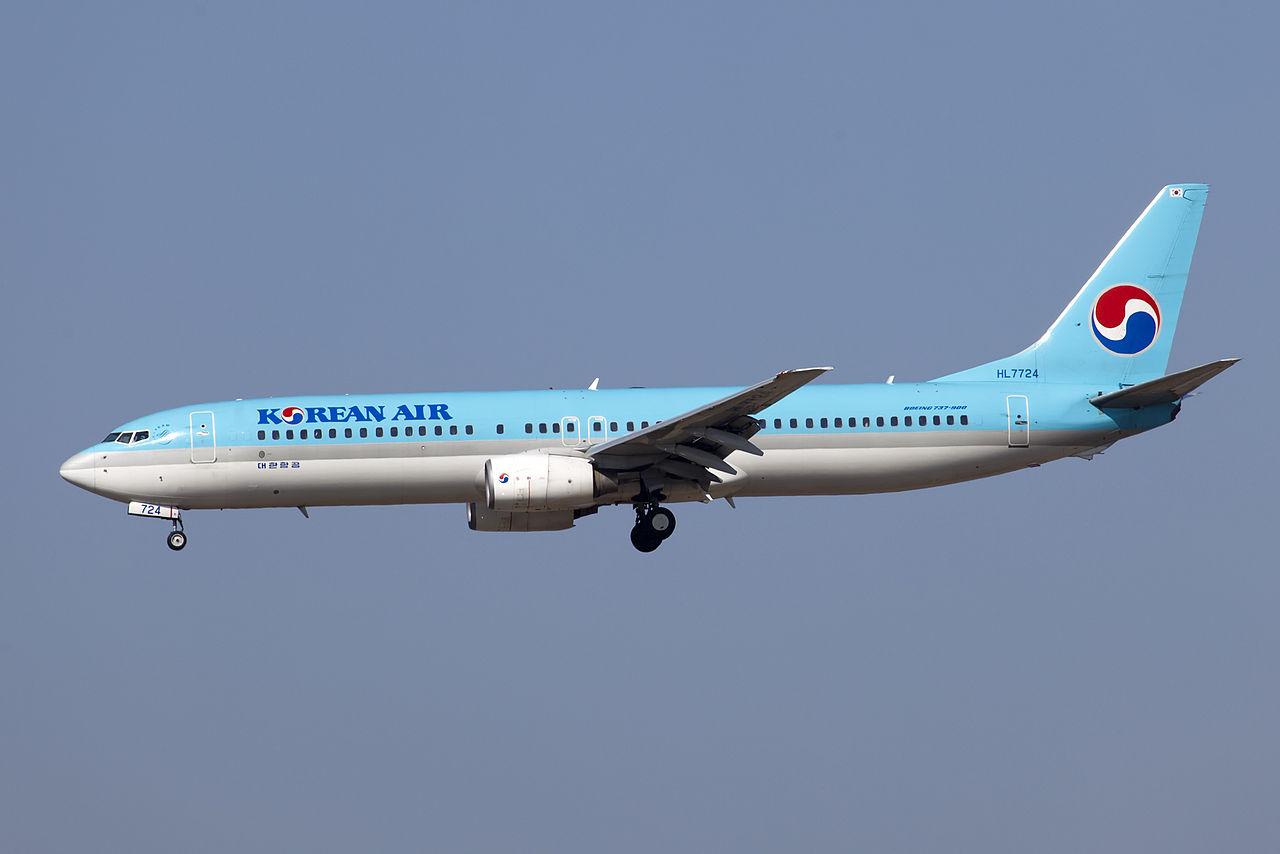A Korean Air Boeing 737-900 on approach.