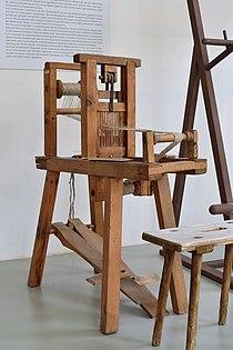 Haslach an der Mühl - Textiles Zentrum Haslach - 20 - Bandwebstuhl mit Loch-Schlitz-Blatt.jpg