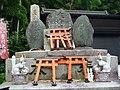 Inari fox statues, Fushimi Inari-taisha 06.jpg