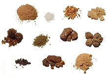 Vari tipi di incenso: (da sinistra verso destra, dall'alto in basso) makko (Machilus thunbergii), canfora borneola (Dryobalanops aromatica), benzoino di Sumatra (Styrax sp.), incenso dell'Oman (Boswellia sacra), guggul (Commiphora wightii), incenso dorato (Boswellia papyrifera), balsamo del Tolu (Myroxylon toluifera), mirra di Somalia (Mirra commiphora), labdanum (Cistus villosus), opoponax (Commiphora opoponax), sandalo indiano bianco (Santalum album)