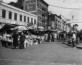 Arthur Avenue - Arthur Avenue pushcarts in 1940.