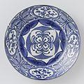 Japanse schotel met gestileerde bloemen, onderglazuur blauw-Rijksmuseum AK-RBK-1972-261.jpeg