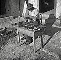 """Jože Ponikvar iz Dobrave dela krtače. V štauf štoku ima dilco in v luknjice devlje """"puš?lč?k"""" žime 1952.jpg"""