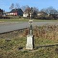 Kříž východně od Vokova u průmyslových objektů (Q67181387) 02.jpg