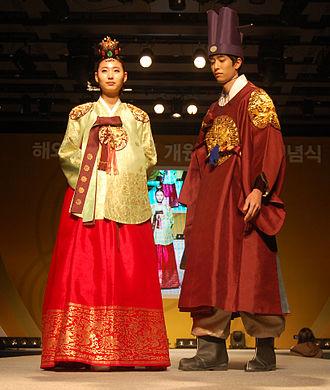 Hanbok - Image: KOCIS Hanbok fashion show (6557977631)