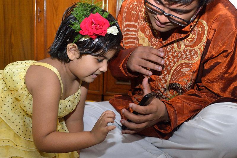 File:Kid Touching Smartphone - Dum Dum - Kolkata 2012-04-22 1765.JPG
