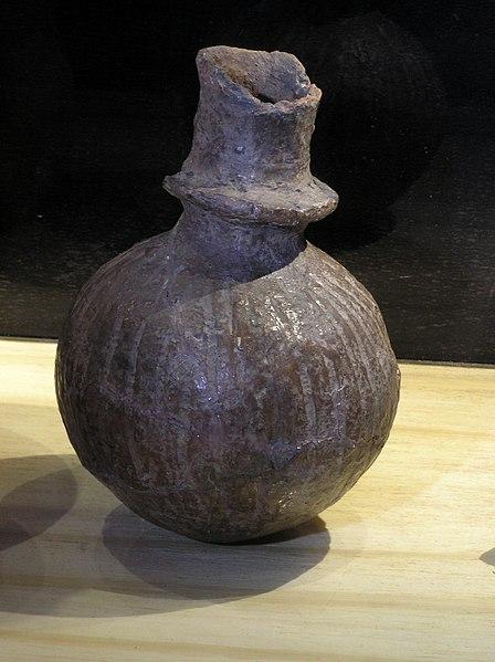 448px-Kragenflasche_Helms-Museum.jpg
