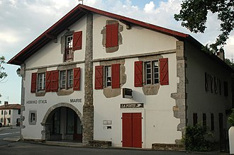 Larressore - The town hall and post office of Larressore