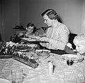 Lis Groes zittend aan tafel met haar gezin, Bestanddeelnr 252-8993.jpg