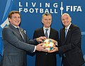 Macri recibe premio de la FIFA 03.jpg