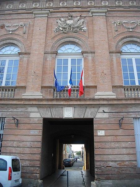 Passage au rez-de-chaussée vers la rue Gaubil, dans le bâtiment de la mairie/