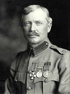 Gambar Burnham yang diambil pada 1901. Ia mengenakan seragam Tentara Britania-nya, with major insignia, Distinguished Service Order Cross, Medali Afrika Selatan Britania, dan Queens South Africa Medal.
