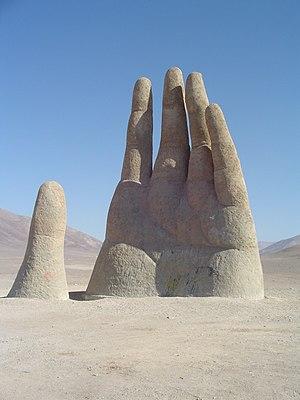 Mano del Desierto. Escultura ubicada en Antofa...