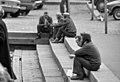 Miehiä istumassa Kolera-allasta ympröivillä portailla - G38526 - hkm.HKMS000005-km0000o47i.jpg