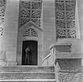 Monnik, vermoedelijk een franciscaan, in habijt bij de kerk van de Visitatie, Bestanddeelnr 255-0442.jpg