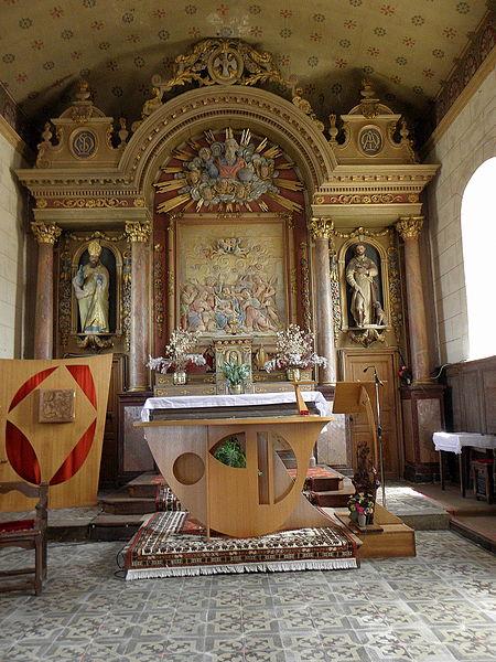 Église Saint-Martin de Montreuil, commune de Montreuil-Poulay (53). Maître-autel et son retable.