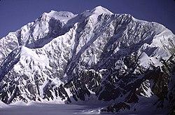 Το Όρος Λόγκαν στο Γιούκον, με την κύρια κορυφή του στα αριστερά. Με ύψος 5.959 μέτρων, είναι το υψηλότερο σημείο του Καναδά και το δεύτερο υψηλότερο της Βόρειας Αμερικής.