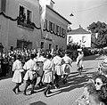 Muziekkorps in klederdracht in de optocht bij de oogstfeesten, Bestanddeelnr 254-1888.jpg