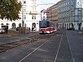 Náměstí Kinských, tramvaj najíždí na californien.jpg