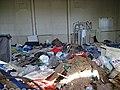 Nad Vršovskou horou če. 135, bývalá škola, odpadky uvnitř (01).jpg