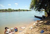 Nazária-Piauí-mulher lava roupa no rio Parnaíba.jpg