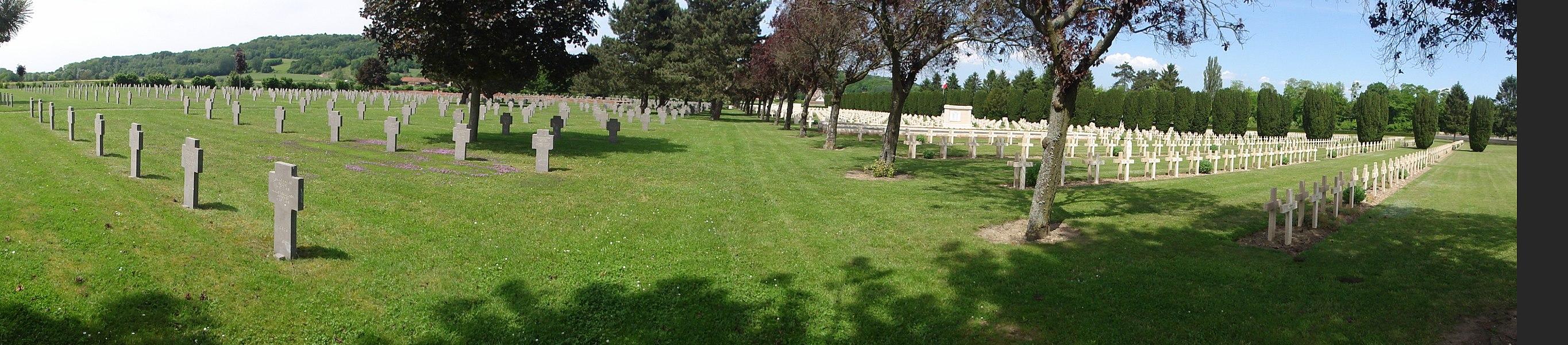 Necropole nationale de Soupir (Aisne) panorama par mouvement camera, à gauche: section allemande; à droite section française