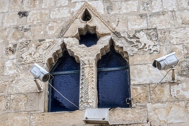 """חלונות בית הכנסת האר""""י האשכנזי בצפת"""