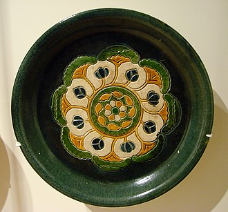 "A rounded ""offering plate"" with design in ""three colors"" (sancai) glaze, 8th-century Plat a offrandes Chine Musee Guimet 2418 1.jpg"