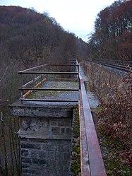 Pod Hamrštejnem, železniční most, od Andělské Hory, ochoz na pilíři.jpg