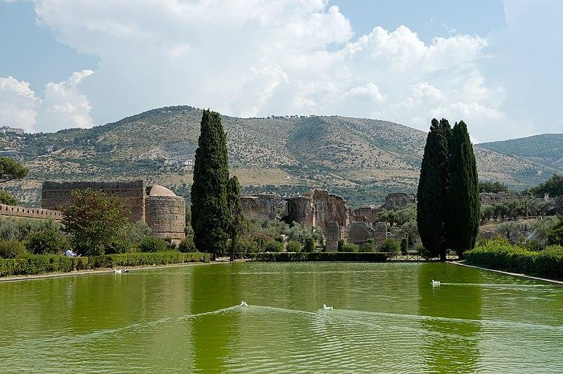 File:Poikile quadriportico Villa Adriana.jpg