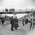 Politieagent, conducteur en passagiers op een station, Bestanddeelnr 255-5787.jpg