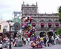 Puebla - Zócalo - Vendeurs de ballons.JPG