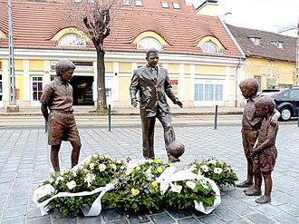 Budapest Honvéd FC - Statue of Ferenc Puskás in Budapest inspired by a photograph taken in Madrid in which the legendary player was teaching an ad hoc course in keepie uppie to street children.