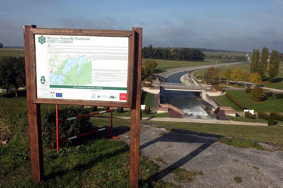 Panneau d'information sur la RNN de la Forêt d'Orient.