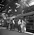 Reizigers nemen afscheid op het perron van Waverley Station, Bestanddeelnr 254-3519.jpg