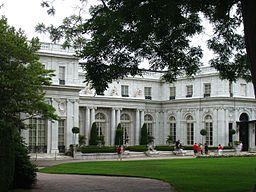 Byen Newport er kendt for de storslåede sommervillaer som nogen af USAs rigste familier fik opført her under sent 1800- og det tidlige 1900-tal.