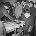 Russische schaakgrootmeester Tigan Petrosjan speelt simultaan tegen blinde jonge, Bestanddeelnr 910-9183.jpg