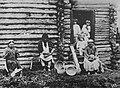 Russischer Photograph um 1890 - Hausarbeit - Schnitzen hölzerner Haushaltsgeräte, Spinnen, Weben, Holzdruck und Korbflechten (2) (Zeno Fotografie).jpg