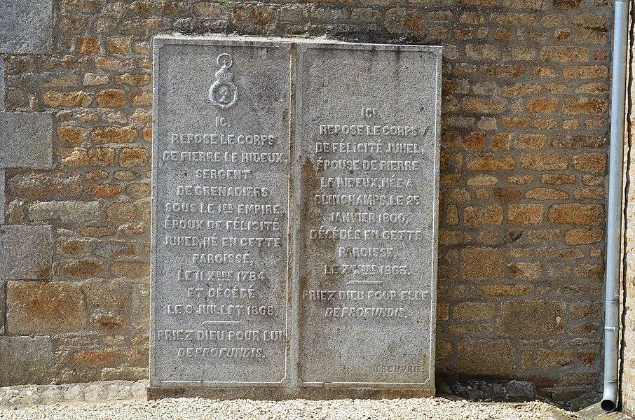 Plaque funéraire dans le cimetière de l'église Saint-Aubin de Saint-Aubin-des-Bois.