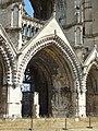 Soissons (02), abbaye Saint-Jean-des-Vignes, abbatiale, façade occidentale, portail de la nef, vue depuis le nord-ouest.jpg