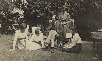 Duncan Grant - Some of the Bloomsbury members, left to right: Lady Ottoline Morrell, Maria Nys (later Mrs. Aldous Huxley), Lytton Strachey, Duncan Grant, and Vanessa Bell
