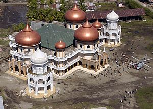 Baitul Makmur Meulaboh Grand Mosque - A US Navy HH-60H Seahawk helicopter delivers relief supplies at Baitul Makmur Meulaboh Grand Mosque during the 2004 Indian Ocean earthquake and tsunami disaster.