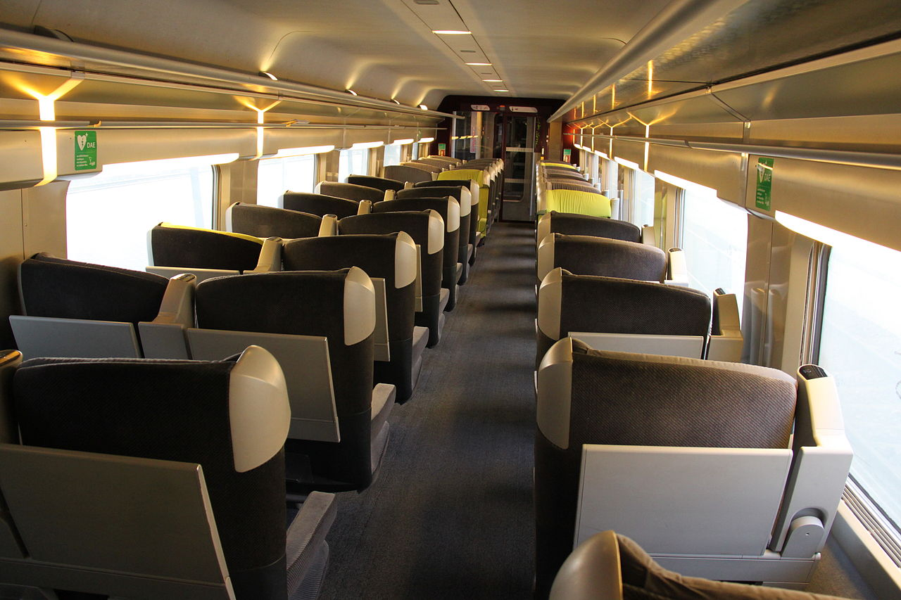 File tgv lacroix first class interior jpg wikimedia commons for First class 8 interieur
