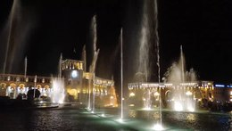 Файл:The dancing water fountains, Republic Square, Yerevan, 2016.webm