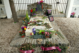 https://upload.wikimedia.org/wikipedia/commons/thumb/4/4a/Tomb-of-Antonio-Machado-in-Collioure-01.jpg/330px-Tomb-of-Antonio-Machado-in-Collioure-01.jpg